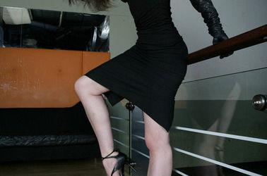 Maîtresse Justine dominatrice brune